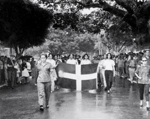 Desfile en la Guerra de Abril de 1965. Al frente, Aniana Vargas (izq) y Piky Lora (der con fusil)