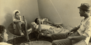 Un descanso en la guerra. Piky Lora con fusil entre compañeros constitucionalistas