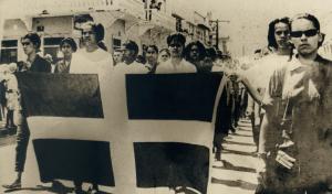 Piky Lora a la derecha, desfilando en la guerra