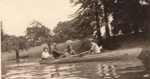 En los Bosque de Bologne, Paris, junto a otros exiliados